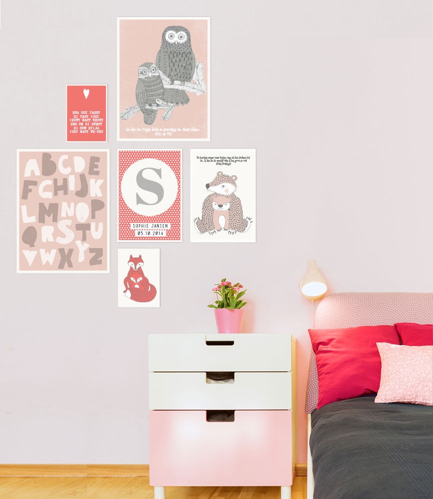 muurcollage met prints en posters in de kleuren rood en roze voor op de kinderkamer